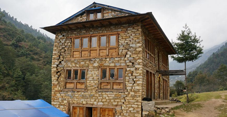 trek-nepal-pikey-peek-habitation-dommage