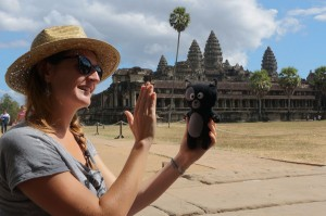 (12) Kiwi est contente et tape la patte avec Anaïs devant Angkor Vat.
