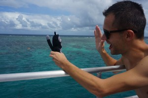 (25) On tape la patte avec Kiwi devant la grande barrière de corail