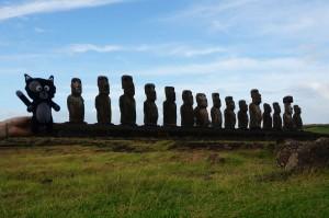 (32) Kiwi se prend pour un moai sur l'île de Pâques